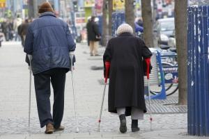 Auf Krücken unterwegs: Vor allem ältere Frauen leiden am Knochenschwund.  Foto: epd
