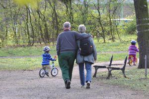 Der demografische Wandel ist mehr als ein Schlagwort. Inzwischen stellen sich auch Unternehmen verstärkt auf die alternde Bevölkerung ein. Foto: epd