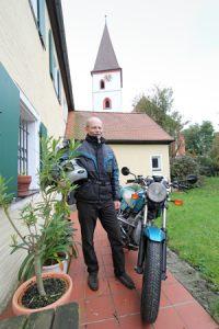 Pfarrer im Ruhestand dreht gerne mal ein paar Runden auf dem Bike. Foto: Cindric