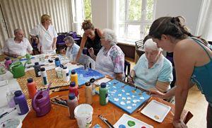 Mit Farbe & Gips schaffen Bewohnerinnen des Altenheims wahre Kunstwerke. Foto: Matejka