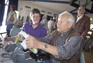 Senioren sielen im Seniorenzentrum Köln-Riehl verschiedene Computerspiele an PCs und Spielekonsolen wie der Xbox, der Wii und der Playstation. Foto: epd