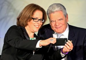 Selfie mit Bundespräsident: Wer heute kein Smartphone hat, verzichtet zum Beispiel auf wertvolle Erinnerungen. Foto: epd