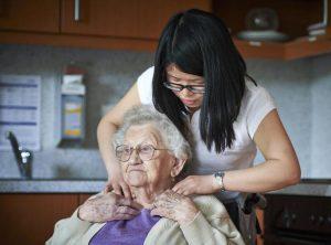 Einfühlsamkeit und Vorsicht sind beim Umgang mit Pflegebedürftigen gefragt - sie sind auch Schutzbefohlene. Foto: epd