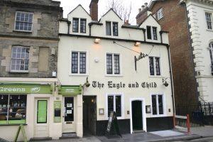 """Der Pub """"The Eagle and the Child"""" in der Innenstadt von Oxford war der Lieblingspub von J.R.R. Tolkien, dem Autor von """"Herr der Ringe"""". Englischkurse  speziell für Senioren erleichtern Älteren die Reise auf die Insel.  Foto: epd"""