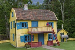 """Villa Kunterbunt mit """"Pippi Langstrumpf"""" auf dem Balkon  im Themenpark Astrid Lindgrens Welt in Vimmerby, Smaland, Schweden. Dieses Jahr feiert Pippi Langstrumpf ihren 70. Geburtstag. Grund für neue DVDs und Sondereditionen. Foto: epd"""