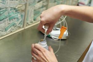 Medikamente können helfen, Komplikationen beim Schlaganfall zu verhindern. Welche und wie genau, wird nun erforscht. Foto: epd