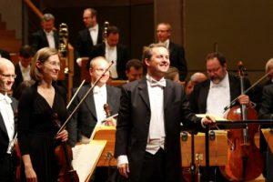 Johannes Klumpp (mitte, Dirigent) mit den Musikern.