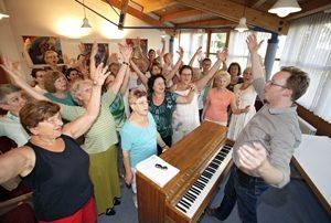Chorprobe mit Chorleiter Florian Grieshammer im Gemeindesaal St. Konrad / Doos Foto: Michael Matejka