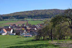 Das malerische Dorf Offenhausen (Landkreis Nürnberger Land) ist eine Gemeinde von vielen, die sich der Herausforderung der älter werdenden Bevölkerung stellen muss. Eine Tagung beschäftigt sich mit dem wichtigen Thema. Foto: epd