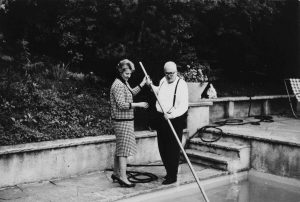 Das Ehepaar Dürrenmatt im Garten.  Foto: DCM 6240 kb