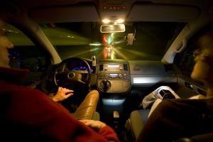 Ältere Autofahrer können mit der richtigen Versicherung viel Geld sparen. Foto: epd