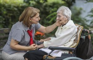 Das Wissen, was in der Pflege nötig wäre, lässt sich der Staat einiges kosten. Foto: epd