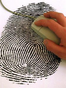 Computermaus auf einem Fingerabdruck. Die Hamburger Polizei ist die erste deutsche Polizeibehörde die außer dem Foto eines Tatverdächtigen auch dessen Finger- und Handabdrücke ins Internet stellt, so dass sie weltweit heruntergeladen werden können und für Vergleichszwecke zur Verfügung stehen. Polizeiangaben zufolge ist die Hamburger Polizei führend bei der Fahndung per Internet.