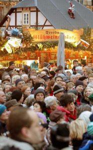 Menschen mit Herzschwäche sollten im Winter vorsichtig sein, wenn sie sich in Menschenmenge begeben, raten Experten. Foto: epd