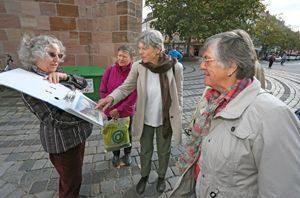Stadtführerin Renate Sommer erklärt interessierten Teilnehmern bedeutende Gegenstände in der Jakobskirche in Nürnberg. Foto: Michael Müller 66-Plus