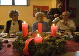 Bei einer Weihnachtsfeier am 18.12.2007 in der evangelischen Adventgemeinde in Berlin-Prenzlauer Berg gießt Pfarrer Michael Pflug Senioren Kaffee ein.