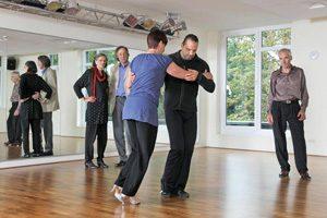 Ältere Tanzpaare im Studio
